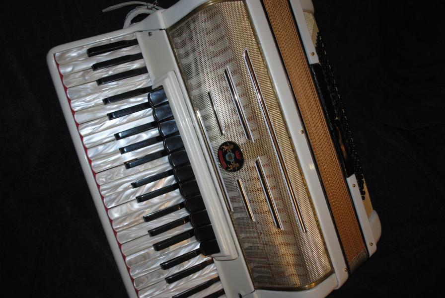 Итальянский белый аккордеон