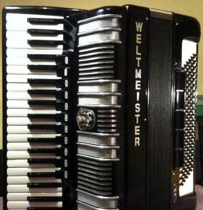 Продам немецкий аккордеон Weltmeister S4, цена 1600 долларов.Телефон +7-925-508-79-26