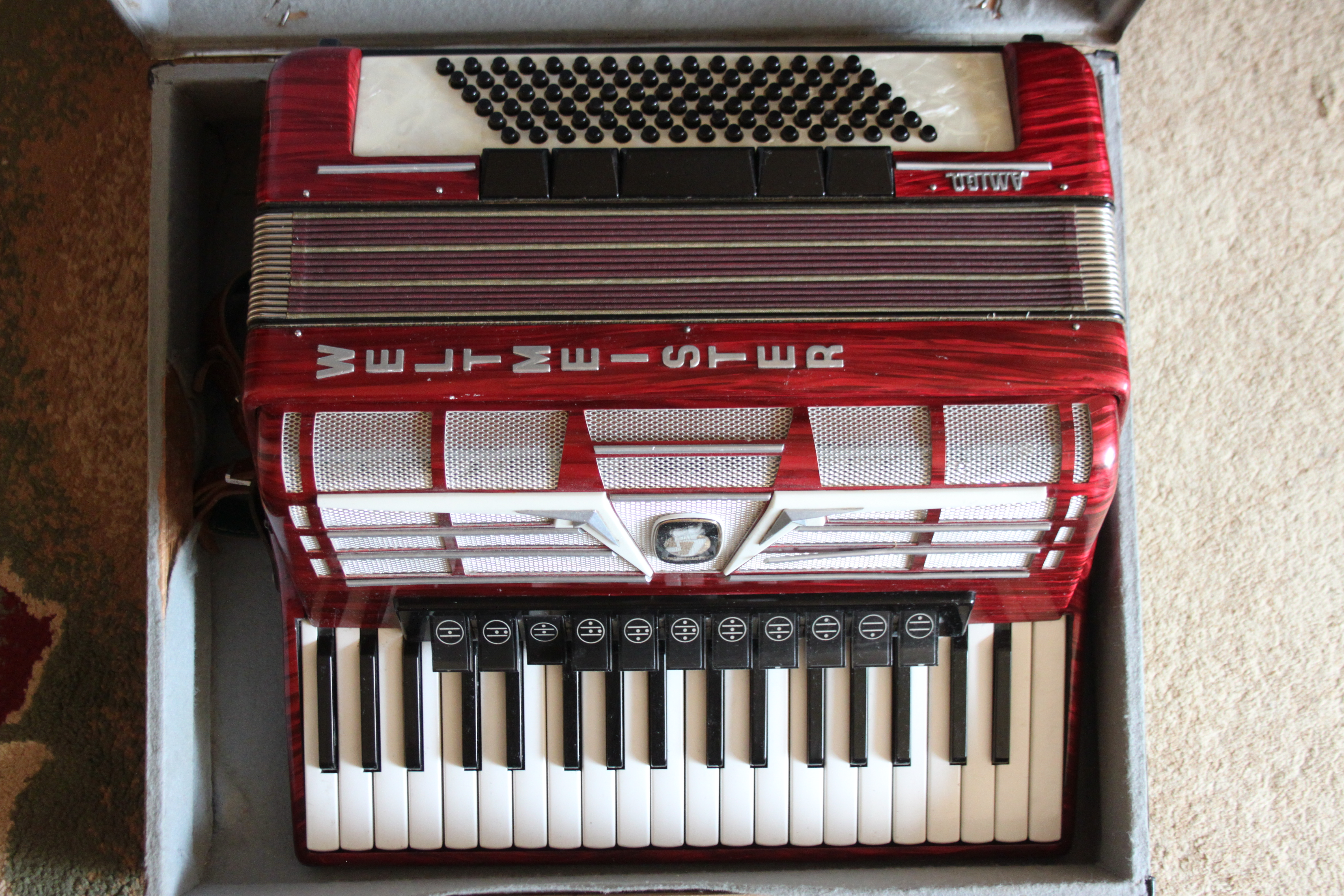 Продам аккордеон WELTMEISTER AMIGO