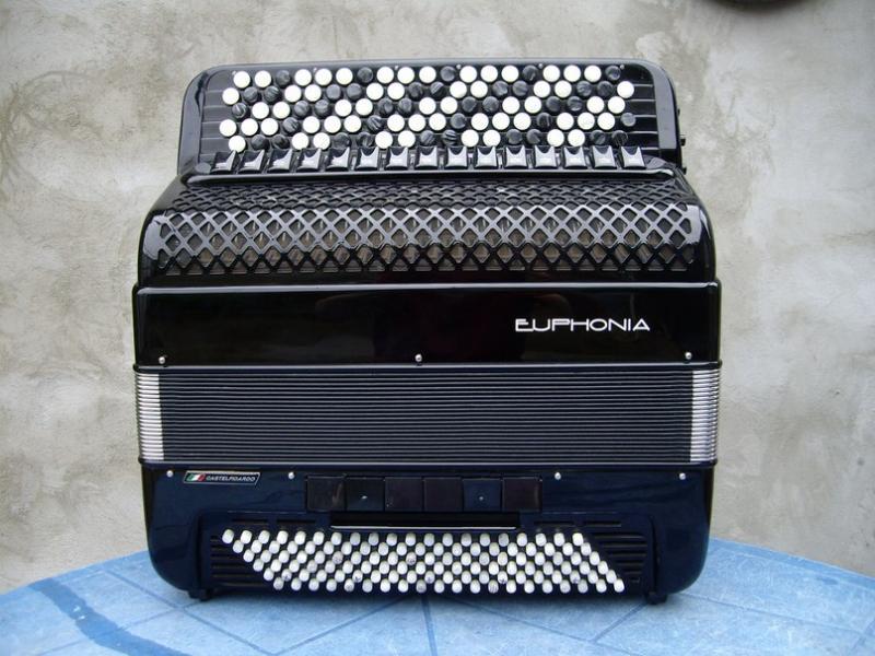 Продаётся профессиональный готово-выборный итальянский баян Euphonia.