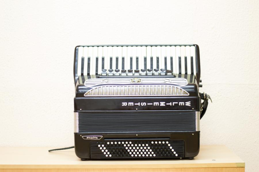 продаётся по самой низкой цене аккордеон Weltmeister Supita