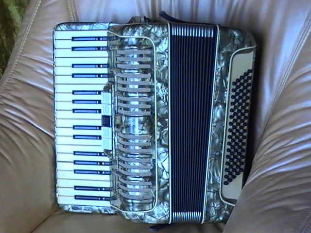 Продам немецкий аккордеон 3/4, 80 басов, 5 регистров.