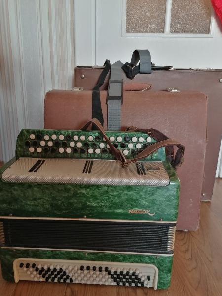 Продам два баяна и аккордеон, 150 долларов